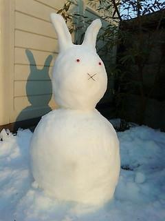 雪うさだるま